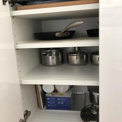 家事アイデア/鍋収納/鍋の居場所/鍋の定位置/鍋好き/鍋は〇〇に収納/... 鍋とフライパンはコンロの背面の棚に収納し…(2枚目)