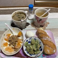 漢方薬/ねじりシュガーパン/ゆで卵/ヨーグルト/ほうじ茶ラテ/おうちカフェ 今日のお昼です❤️🙋♀️⤴️  今ハマ…