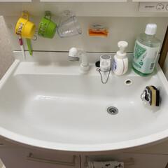 水はね/洗面所/浮かせる収納/快適掃除 洗面所は水ハネ😅多いし🙄   物も置きた…