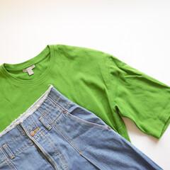 今日のコーデ/おうちコーデ/カラーTシャツ/ワンツーコーデ/大人カジュアル/おしゃれ 雨の日はカラーTシャツで気分を上げよう。…