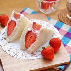 おうちカフェ/カフェ風/カッティングボード/セリア/節約レシピ/簡単レシピ/... 旬の苺を使ってイチゴサンドを作りました♫…