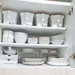 お皿/お皿収納/キッチン/食器収納/食器棚/カップボード収納/... 我が家の食器収納です😌💓  1番上の段は…