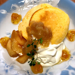 パンケーキ/桃ジャム/米粉 米粉のパンケーキに、すももと生クリームと…