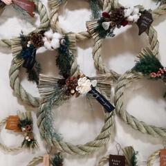正月飾り/グルーガン/しめ縄/ハンドメイド こちらが正月用のしめ縄です。 綿花や革、…