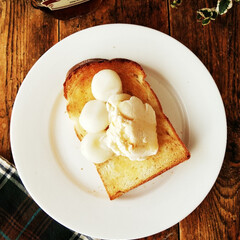 メープルシロップ/トースト/白玉団子/アイスクリーム 食パンをトーストして有塩のバターを塗り、…