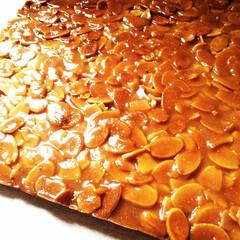 アーモンド/フロランタン/クッキー/つやつや/手作り 焼きたての、カットする前の柔らかいフロラ…