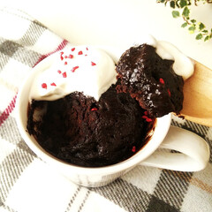 マグカップケーキ/レンジケーキ/チョコレート ひとつ前に載せたマグカップケーキの断面。…