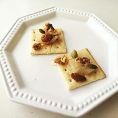 キャロブシロップ/ナッツ/クラッカー/白あん/おやつ 白あんやナッツを乗せて、キャロブシロップ…