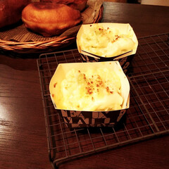 カリフラワー/チーズ/パン粉焼き 焼き菓子用の紙カップで、カリフラワーのチ…