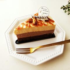 ケーキ/ムース/キャラメル ひとつ前に載せたムースケーキの断面です。…