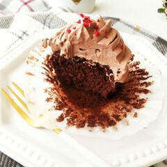 カップケーキ/ココア/クリーム ひとつ前に載せた、ココアのカップケーキの…