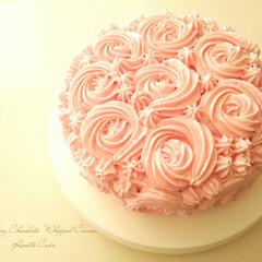 ハンドメイド/チョコレート/ケーキ ピンク色をしたスポンジに、ピンク色のチョ…