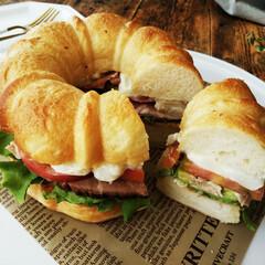 パン/サンドイッチ/レタス/ローストポーク ひとつ前に載せたサンドイッチの断面。 中…