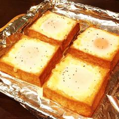 厚揚げ/卵/チーズ/マヨネーズ くりぬいた厚揚げに、卵・チーズ・マヨネー…