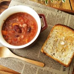 おうちごはん/トマトスープ/トースト ひとつ前に載せたパンは、ふんわり・もっち…