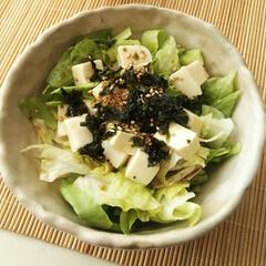 レタス/のり/ごま/サラダ/韓国のり 和風ドレッシングをかけた、ちぎりレタスと…