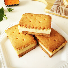 ビスケット/チーズケーキ/はらぺこグルメ チーズケーキサンドを作りました。 型を使…