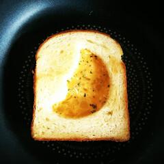 パン/三日月/卵 クッキー型で抜いた食パンに、卵液を流して…