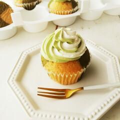 抹茶/カップケーキ/クリーム ひとつ前に載せたケーキは表面の模様がきれ…
