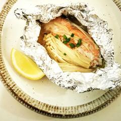 えのき/鮭/ホイル焼き えのきと新玉ねぎと鮭のホイル焼き。 これ…