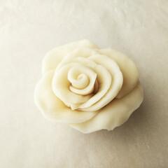 バラ/和菓子/ねりきり ねりきりでバラを作ってみました。 白いま…