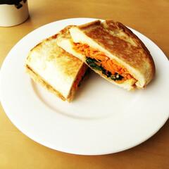 チーズ/にんじん/ほうれん草/ホットサンド にんじんとほうれん草のナムルを、数種類の…