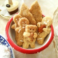 クリスマス/ジンジャーマンクッキー/ナッツ アーモンドを抱っこしたジンジャーマンクッ…