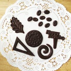 チョコ/飾り/お菓子 ひとつ前に載せたチョコペンで、薄いチョコ…
