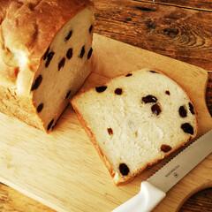 ハンドメイド/レーズン/食パン/はちみつ ひとつ前に載せたレーズン食パンをカットし…