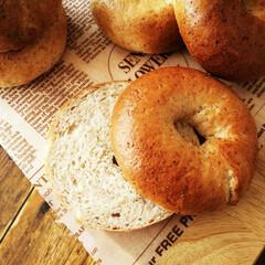 ライ麦/ベーグル/朝食/わたしのごはん ひとつ前に載せた、ライ麦ベーグルの断面で…