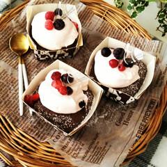 カップケーキ/ココア/ストロベリーチョコレート ココアのカップケーキに、ストロベリーチョ…