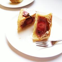 桜餡/いちご/パイ ひとつ前に載せたパイの断面。 中にはいち…