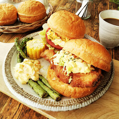サーモン/フィッシュバーガー/バンズ/トマトジュース 週末のお昼ごはん用に、トマトジュースでバ…