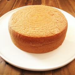 米油/スポンジケーキ/ケーキ/白い皿/おやつ スポンジケーキの基本的な材料は卵・砂糖・…