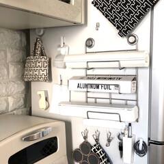 スパッと切れるラップケース ホワイト(米びつ)を使ったクチコミ「我が家のラップ収納 冷蔵庫の横に収納して…」