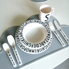 デザインレターズ メラミン ディナープレート スモール 20cm/DESIGN LETTERS(ベビー食器)を使ったクチコミ「.。*♡シリコン ランチョンマット♡*。…」