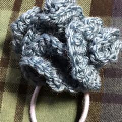 毛糸/偶然出来たヘアゴム飾り/ハンドメイド 頑張って円形の物を大きく編んでベットマッ…
