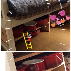 赤い鍋収納棚 リビングのベンチの下に鋳物の鍋やホーロー…