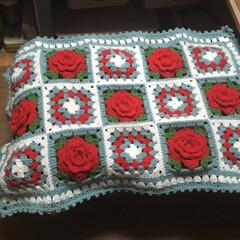 モチーフ編み メイク用の箱ベンチにもモチーフ編みを敷き…