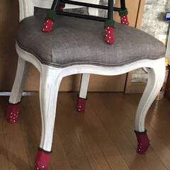 苺🍓椅子脚カバー/Seria 古いパイプ丸椅子にもseriaで買った苺…(1枚目)