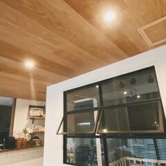 ダウンライト/内窓/照明器具/オシャレ/おしゃれ/ルームライト/... リビングの梁天井のライトはダウンライトで…(1枚目)