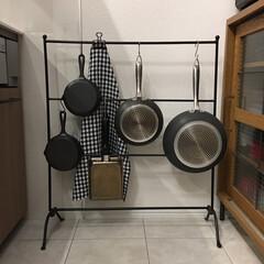 乾いてから収納したい人/アイアンバー/フライパン収納/収納/キッチン収納/キッチン雑貨/... うちのフライパン🍳収納。 これでしばらく…(1枚目)