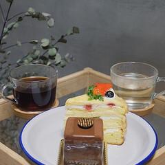 カフェ/おうちカフェ/ケーキ/スイーツ/外出自粛/ティータイム 買ってきたケーキをお気に入りのお皿に乗せ…