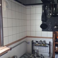 キッチンリフォーム/換気扇/貼ってはがせる壁紙 換気扇を新しくしました。今迄は扇風機の羽…