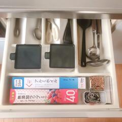 ラップ収納/キッチン引き出し/ストック管理/キッチンツール/引き出し収納/セリア/... ラップはキッチンの使い勝手の良い一番上の…