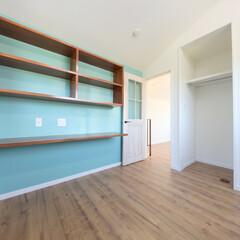 壁面収納/自然素材/収納/ナチュラルな家 スカイブルーの壁が特徴の部屋 壁面の造り…