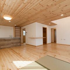 注文住宅/木造住宅/フジ創/パイン材 木の空間演出~太陽を迎えるおうち 天井と…