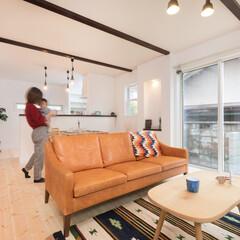 カルクウォール/スイス漆喰/自然素材/木の家/無垢材/宮本組 無垢材の床に、壁や天井はカルクウォールと…