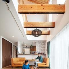 自然素材/無垢材/無垢杉の床/吹抜け/リビング/梁見せ/... . ~大きな窓と吹抜けの効果で  開放感…
