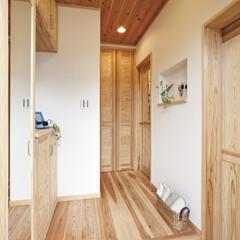 自然素材/無垢材/無垢杉の床/完全自由設計/注文住宅/アローズホーム/... . ~無垢材の香りに包まれる玄関  自然…